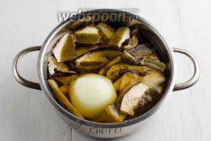 Отваривать грибы с целой луковицей (1 шт.) до полуготовности, в течение 30 минут на тихом огне. Остудить. Процедить. Нарезать крупными кусками.
