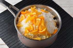 Добавить к яблокам сахар (500 г). Апельсин (1 половинку) и лимон (тоже 1 половинку) вымыть, порезать небольшими кусочками, удалить семена, добавить к яблокам. Оставить смесь на 30 минут.