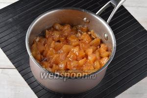 Довести смесь до кипения и готовить на небольшом огне, приблизительно 45 минут. Яблоки должны стать полупрозрачными, а сироп — густым.