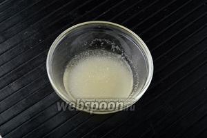 Желатин (20 г) залить водой (100 мл) и оставить на 30 минут для набухания.