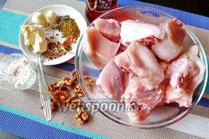 Для сациви нам понадобится курица (я взяла половину тушки), грецкие орехи, мука, сливочное масло, чеснок, чили, уцхо-сунели, сухая аджика, гвоздика, лавровый лист, сухой кориандр, винный уксус, гвоздика (1 бутон).
