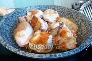 Курицу нарезать кусками и обжарить на раскалённой сковороде до золотистого цвета.