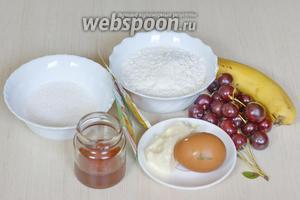 Для приготовления пирога необходимо сливочное масло, мука, сахар, яйцо, разрыхлитель, сода, мёд, банан и вишня. Все ингредиенты должны быть комнатной температуры.