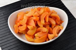 Абрикосы (1 кг) вымыть, удалить косточки. Разрезать каждый плод на кусочки.