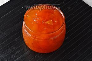 Варенье пятиминутка из абрикосов готово. Горячее варенье можно сразу разлить в стерилизованные сухие банки и закатать.