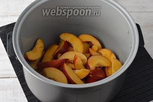 Нектарины (600 г) вымыть, разрезать пополам и удалить косточку. Нарезать мякоть нектаринов на кусочки. Выложить их в чашу мультиварки и полить лимонным соком (1 ст. л.).