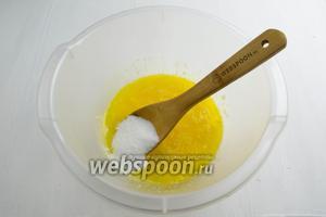 Добавить сахар (50 г), соль (1 щепотку), ванильный сахар (10 г). Понемногу добавить муки (5-6 ст. л. = 180 г). Перемешать.