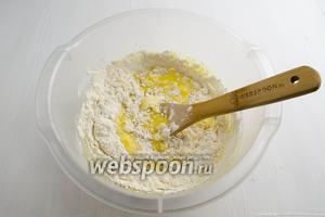 Продолжить добавлять оставшуюся муку (220 г), замешивая тесто.