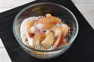Засыпать нектарины сахаром (500 г) и аккуратно стряхнуть посуду для того, чтобы сахар равномерно распределился между дольками.