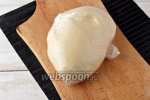 Сформировать из теста шар и поместить в полиэтиленовый мешок для расстойки. Оставить на 40 минут.