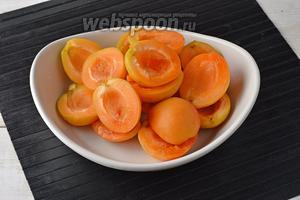 Абрикосы (1 кг) вымыть, обсушить и разрезать каждый плод вдоль косточки пополам. Косточки удалить.