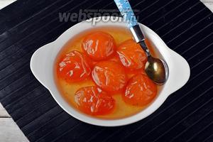 Варенье из абрикосов без косточек готово. Горячее варенье можно расфасовать в сухие, стерилизованные банки, закатать крышками и отправить на хранение.