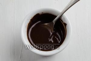 Какао (1,5 ч. л.) смешать со сгущёнкой (1,5 ч. л.) в однородную, гладкую массу.