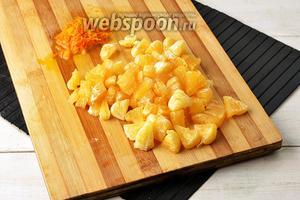 1 апельсин вымыть, протереть насухо. Снять из апельсина с помощью тёрки цедру. Белую прослойку удалить, а мякоть нарезать небольшими кусочками (семена при этом удалить).