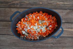 Мясо выкладываем со сковороды в чугунный казанок (можно готовить и в обычной кастрюле). Всыпаем подготовленные овощи.