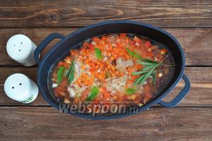 По вкусу добавляем соль, прованские травы, веточки розмарина и листики базилика. Вливаем воду (3 стакана) и ставим на огонь.