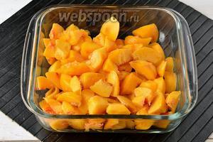 Персики (600 г) вымыть, удалить кожицу и косточку. Нарезать мякоть небольшими кусочками.