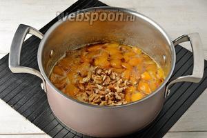 Добавить очищенные и порезанные грецкие орехи. Варить ещё 15 минут до готовности варенья.