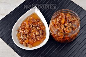 Варенье из персиков с грецкими орехами готово. Горячее варенье можно сразу расфасовать в чистые и сухие стерилизованные банки и закатать.