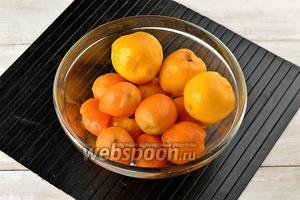 Персики и абрикосы вымыть. Удалить у плодов кожицу.