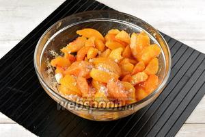 Нарезать персики (350 г) и абрикосы (350 г) средними кусочками, удалив косточки. Засыпать сахаром (700 г), перемешать и оставить на 2-3 часа, чтобы плоды пустили сок.