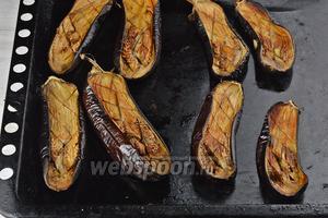 Готовить баклажаны в предварительно разогретой до 220°С духовке приблизительно 35 минут. Охладить.