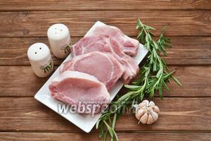 Подготовить необходимые ингредиенты: корейку на кости, чеснок, розмарин, соль, специи и масло.