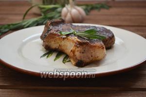 Сочный, ароматный, нежный и вкусный стейк из корейки на кости готов.