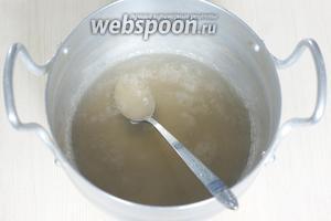 Агар-агар (7 г) заливаем водой (200 мл), доводим до кипения и кипятим 2-3 минуты, затем снимаем с плиты и даём немного остыть.