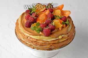 Перед подачей блинный торт можно украсить свежими ягодами, фруктами, цитрусовыми и листьями мяты или мелиссы.
