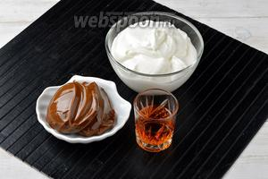 Во время выпекания блинов, можно параллельно приготовить крем со сгущенкой. Для крема нам понадобится сметана, варёное сгущенное молоко и коньяк.