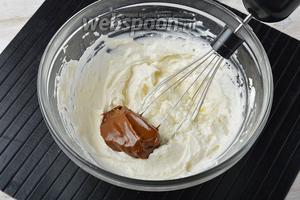 Сметану (500 г) взбить до устойчивой массы. Порциями добавлять варёное сгущённое молоко (350 г). Вводить следующую порцию после того, как хорошо вмешается предыдущая. В конце вмешать коньяк (2 ст. л.).