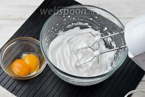 Отделить белки от желтков (2 штуки). Для приготовления безе нам понадобятся только белки. Взбить белки на максимальной скорости до плотной белой пены.