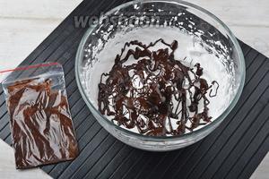 У пакета срезать уголок и равномерно выжать на взбитые белки растопленный шоколад.