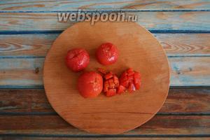На помидорах (3 шт.) сделать крестообразные надрезы и обдать кипятком. Снять кожицу и нарезать мелким кубиком.