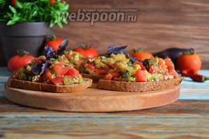 Выложить овощи на подготовленные гренки.