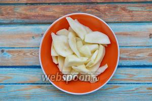 Очистить помытую, зрелую грушу (4 штуки) и нарезать ломтиками.