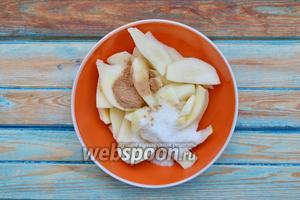 Всыпать сахар (3 ст. л.) и специи (по 1 щепотке корицы и молотого мускатного ореха).
