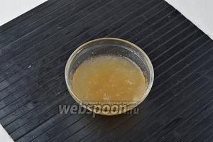 Желатин (15 г) залить водой (50 мл) и оставить для набухания.