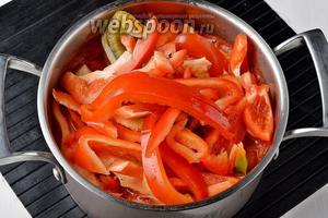 Перец (5 кг) вымыть, удалить семенную коробку. Каждый перец разрезать на 8-10 частей (полосками). Выложить перец к помидорной массе.