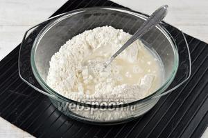 Муку (500 г) просеять. В центре сделать углубление и в него влить ледяную воду (250 мл), в которой растворили соль (0,5 ч. л.).