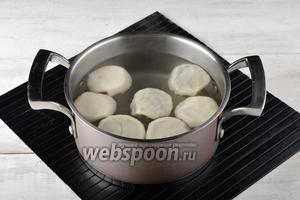В большой кастрюле довести воду с небольшим количеством соли до кипения. Поднять каждую хинкалину за узелок, подержать 2-3 секунды, чтобы мешочек обвис, а затем опустить в кипяток. За 1 заход варите 7-8 хинкалин, чтобы им не было тесно в воде. После опускания хинкили в кипяток, сразу, аккуратно подденьте их деревянной ложкой, чтобы они не прилипли к горячему дну. После всплытия варить хинкали с грибами 4-5 минут.