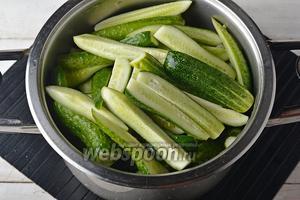 Огурцы (2 кг) вымыть, разрезать вдоль на 4 части и сложить в глубокую посуду.