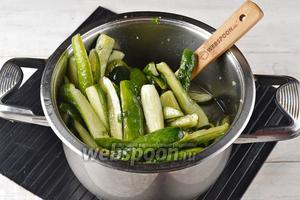Перемешать и дать настояться 4 часа. За это время огурцы следует периодически перемешивать, чтобы хорошо выделился сок.