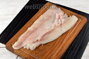 Щуку (1 кг) очистить и разделать на филе без кожи. Удалить кости.