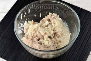 Пропустить через мясорубку филе щуки (3 раза), отжатый от молока хлеб, сало (100 г), очищенный лук (80 г).