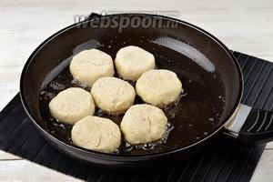 Обжарить котлеты на сковороде с подсолнечным маслом (8 ст. л.) с обеих сторон до золотистого цвета.