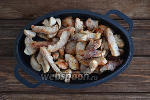 Мякоть свинины (500 г) помыть, обсушить салфеткой и нарезать небольшими кусочками. Обжарить на сковороде до румяного цвета, предварительно посолив и поперчив по вкусу.