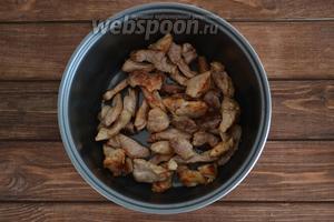Мясо (700 г) нарезать небольшими кусочками и выложить в чашу мультиварки, посолить (1 ст. л.), поперчить (1 ч. л.) и обжарить до румяного цвета на функции «Жарка». Вынуть мясо.