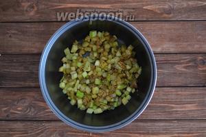 В чашу влить масло (40 мл), выложить очищенные, кубиком нарезанные 1 баклажан и 1 кабачок. Обжарить 2-3 минуты.